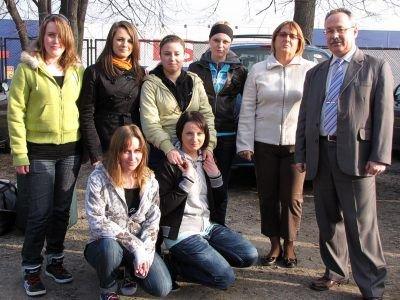 Uczennice ZSB, opiekunka praktyk Anna Prostak i dyrektor Jacek Jurkiewicz