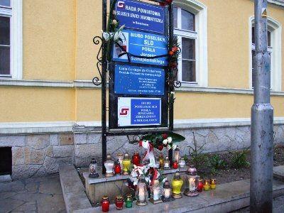 Kwiaty i znicze przed Biurem Poselskim Jerzego Szmajdzińskiego