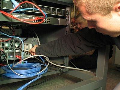 Filmy można dostarczać na dyskach twardych, przez sieć komputerową lub łącze satelitarne