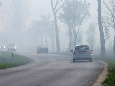 Dym z płonących traw utrudniał kierowcom przejazd drogą Bolesławiec - Łaziska