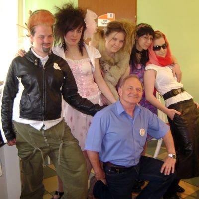 Dziewczęta z ZSB i komendant OHP Jacek Nesler
