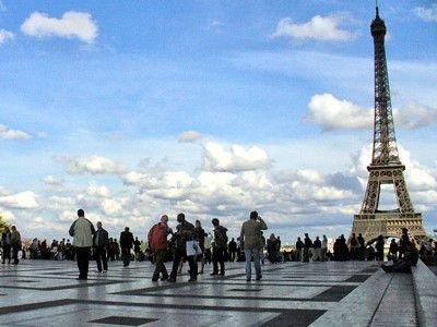 Ludzie na placu przed wieżą Eiffla