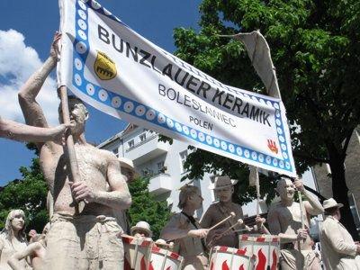 Za granicą Glinoludy robią wrażenie, ale najwięcej turystów przyciągają, gdy paradują w Bolesławcu