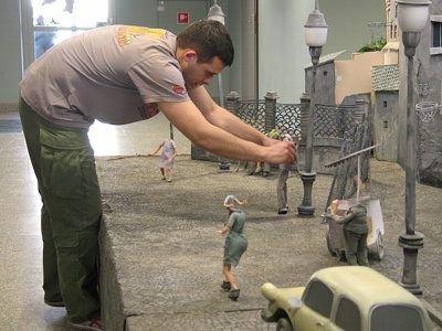 Bartłomiej Kaszubski montuje jedną z lalek