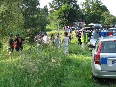 Wokół stawu w Kozłowie zgromadziło się sporo osób