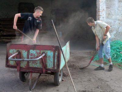 Młodzi strażacy zarabiają na wyjazd do Międzyrzecza, pomagając lokalnym instytucjom i osobom prywatnym