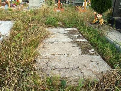 Na cmentarzu jest wiele pustych grobowców