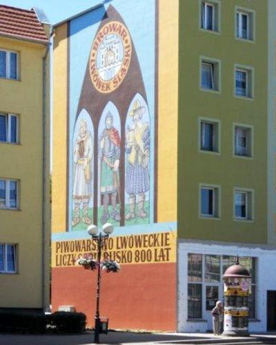 Malowidło zdobi ścianę bloku w centrum Lwówka