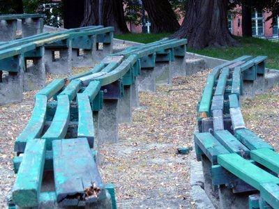 Uszkodzone siedziska w amfiteatrze w parku Waryńskiego