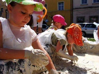 Dużo radości sprawiała dzieciom zabawa w glinie