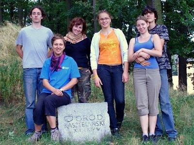 Studenci I roku Instytutu Archeologii pracujący na grodzisku w lipcu 2010 roku