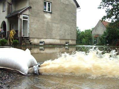 Strażacy wypompowują wodę z zalanych domów