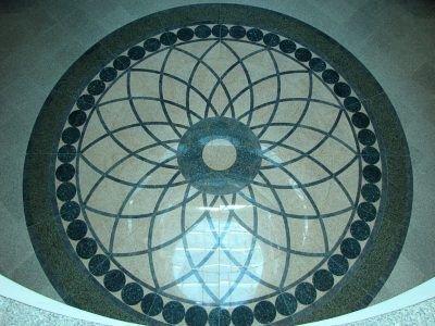 Rozeta wykonana z kolorowych marmurów zdobi wejście Międzynarodowego Centrum Ceramiki