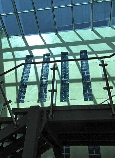 Wąskie okna wypełnione grubym szkłem o chropowatej powierzchni są elementem dekoracyjnym