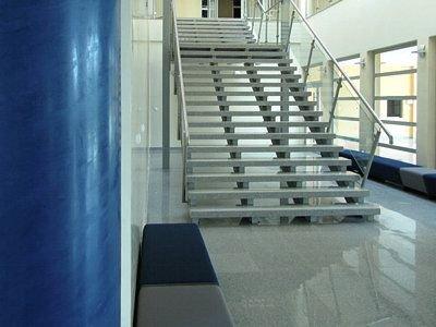Schody zaprojektowano jako lekkie i transparentne konstrukcje, by wizualnie nie zabierały przestrzeni we wnętrzu