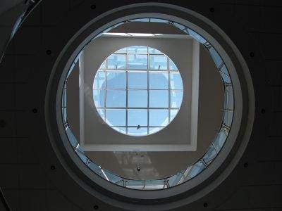 Dwa przebicia na piętrach (jedno na planie koła, drugie prostokatą) tworzą ciekawe rozwiązanie architektoniczne – iluzję kwadratu wpisanego w koło i otwartego na niebo