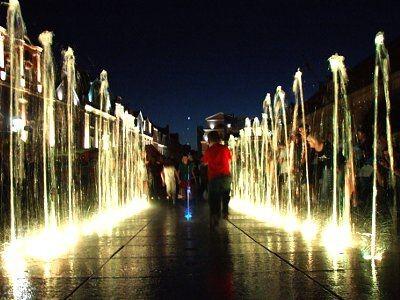 Nowa fontanna największą radość sprawia dzieciom