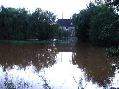 Woda z Iwnicy zalała przydomowe ogródki