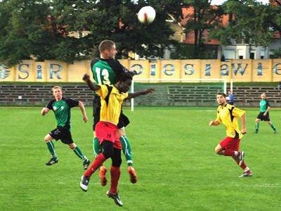Ariel Sworacki walczy o piłkę z Conde Lansana