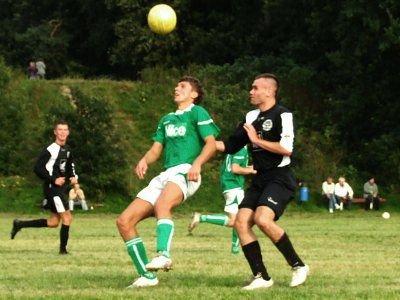 Jacek Bochnia (zielona koszukla) zdobywca gola dla BKS