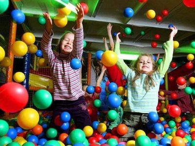 Baseny z piłeczkami to ulubione przez dzieci miejsca zabaw