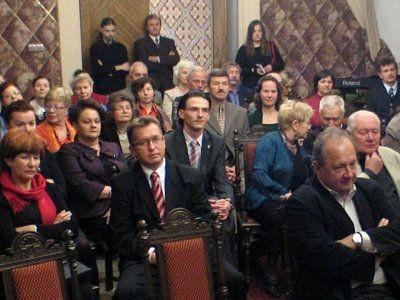 Goście spotkania w sali ślubów
