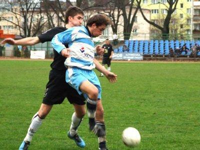 Marcin Głowacki (pierwszy z lewej) próbuje odebrać piłkę zawodnikowi gości