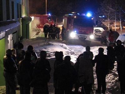 Część z ewakuowanych mieszkańców stała przed blokiem
