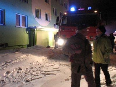 Strażacy co chwilę wyprowadzali mieszkańców z zadymionego wieżowca