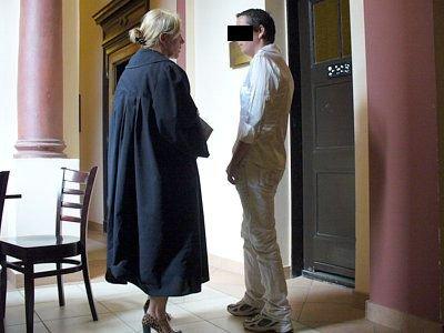 Adwokatka i Małgorzata W. przed salą rozpraw