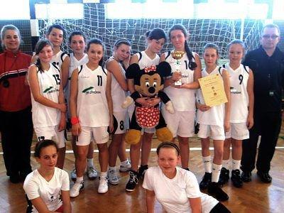 Mistrzem Powiatu w piłce ręcznej dziewcząt została ekipa SP Nowogrodziec