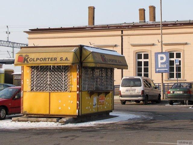 Zaniedbana buda wita podróżnych przybywających do Bolesławca