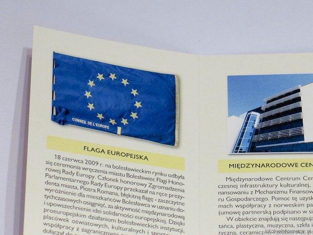 """W """"Paszporcie"""" dotowanym z funduszy europejskich flagę Unii wydrukowano do góry nogami. To chyba bolesławiecki standard, bo na naszym rynku flaga Unii przez jakiś czas też źle wisiała."""