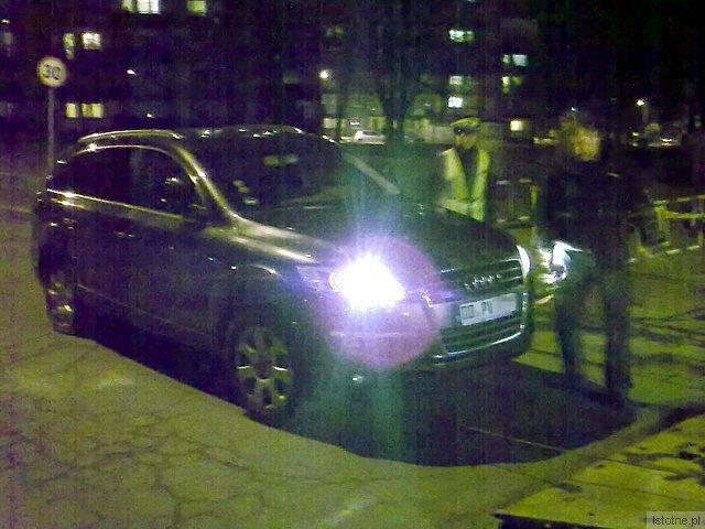 Auto stało przy Stokrotce, przy ulicy Staroszkolnej