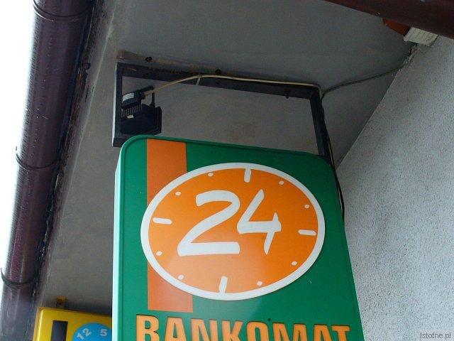 Szyld nad bankomatem BZ WBK przy ulicy Asnyka