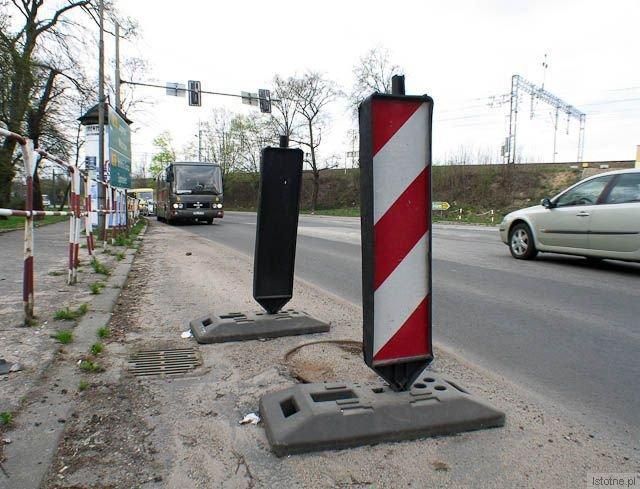 Zapadnięta studzienka na ulicy Tamka
