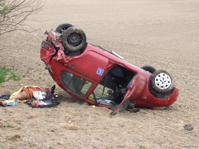 Golf uderzył Nissana w tył, ten wypadł z drogi, spadł ze skarpy i dachował