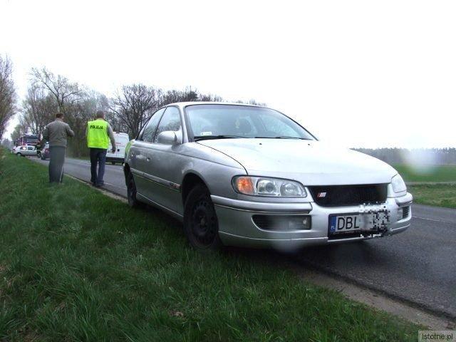 """Kierowca Opla Omega próbował uniknąć zderzenia i """"uciekał"""" na pobocze"""