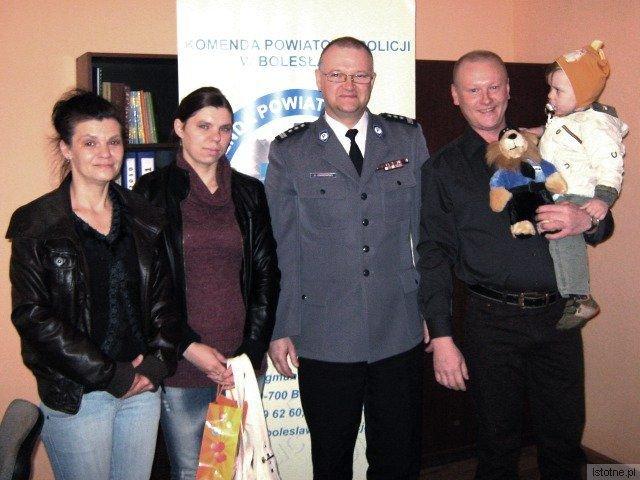 Jacek Kawałko (z dzieckiem na ręku) w obecności Komendanta KPP w Bolesławcu otrzymał podziękowania od babci i mamy chłopca