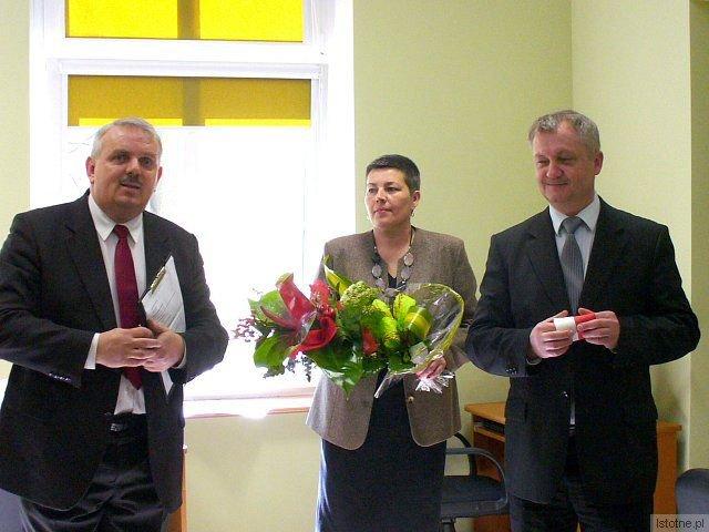 Cezariusz Rudyk (od lewej), Romualda Terlecka i Dariusz Kwaśniewski na otwarciu Multimedialnego Centrum Informacji Pedagogicznej i Bibliotecznej w Bolesławcu