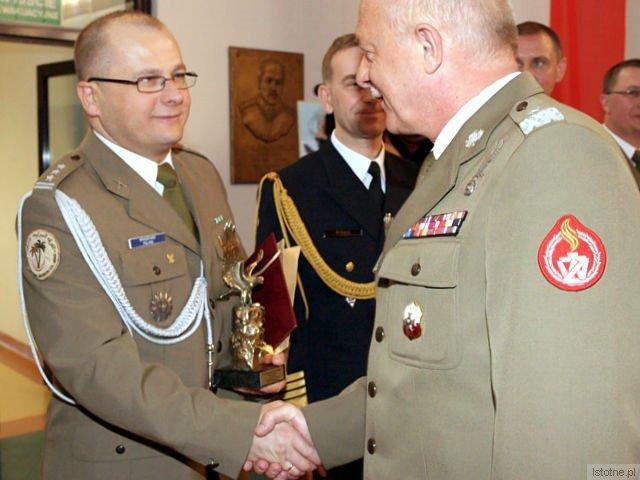 Dowódca brygady, pułkownik Jarosław Kraszewski odbiera gratulacje