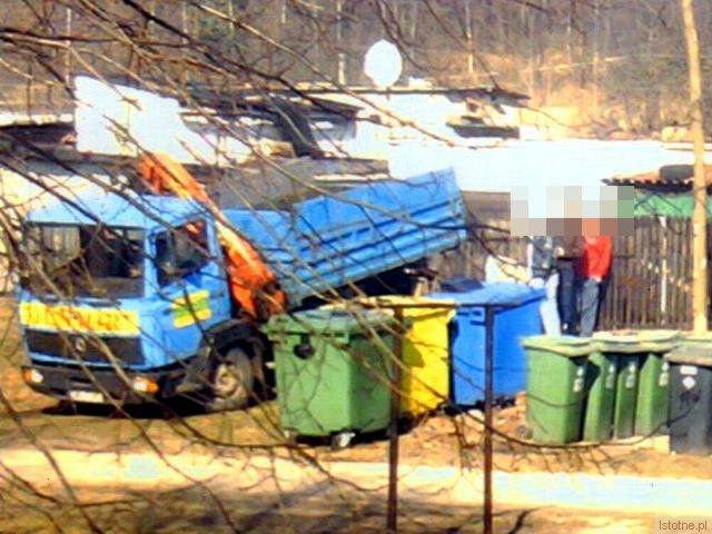 Mężczyźni przenoszący elementy samochodowe z szopy na ciężarówkę