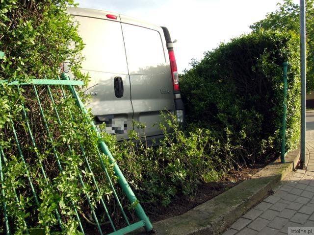 Kierowca Renault uszkodził ogrodzenie i wjechał na teren prywatnej posesji