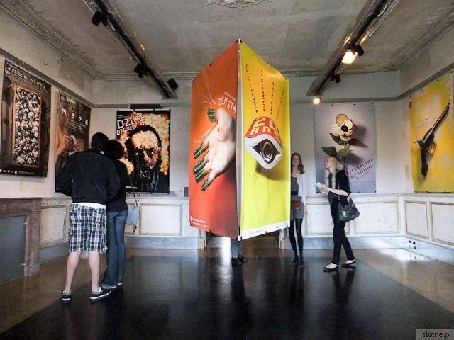 """Wystawa Michała Batorego w Luwrze. Na środku po lewej plakat do """"Zemsty"""" Fredry"""