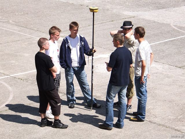 Uczniowie wokół bardzo dokładnego 72-kanałowego odbiornika sygnałów GPS i GLONASS z modułem GSM
