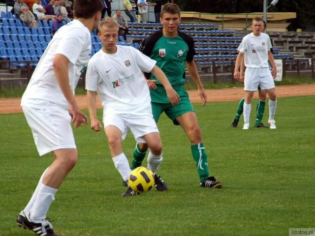 Jedyną bramkę dla BKS strzeli Jacek Bochnia (piłkarz w zielonym stroju)