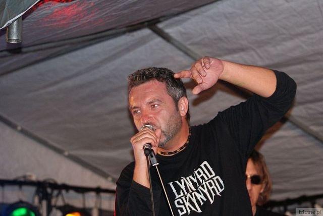 """Na tegorocznej imprezie """"Blues Night in Bolesławiec"""" wystąpi zespół """"Chłopaki z Ferajny"""" z charyzmatycznym wokalistą Maćkiem Tylendą"""