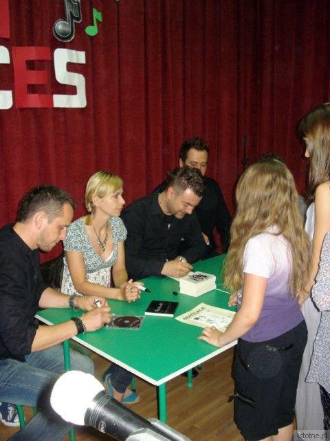 Członkowie grupy Sumptuastic rozdają autografy