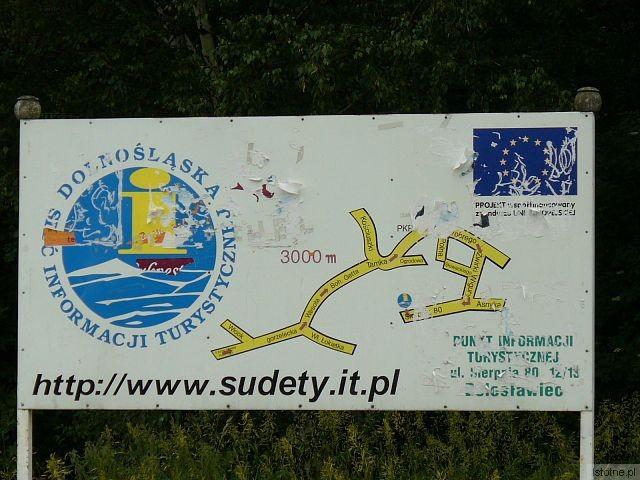 Właścicielem szpetnych tablic jest Karkonoska Agencja Rozwoju Regionalnego. Wykonano je w ramach projektu unijnego. Dziś nikt nie pamięta jakiego