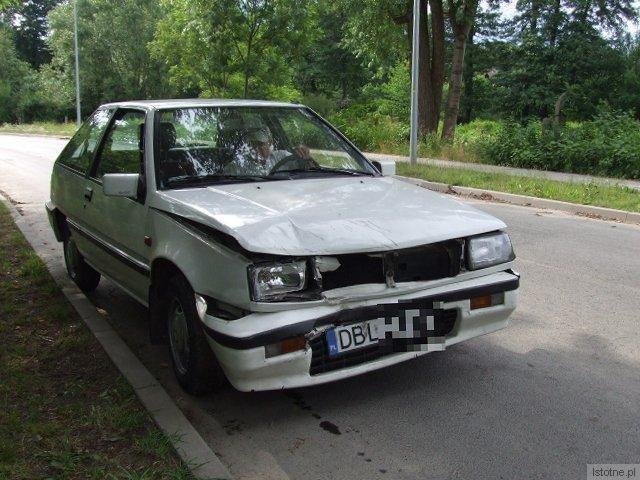 Mitsubishi jechał ulicą Leśną